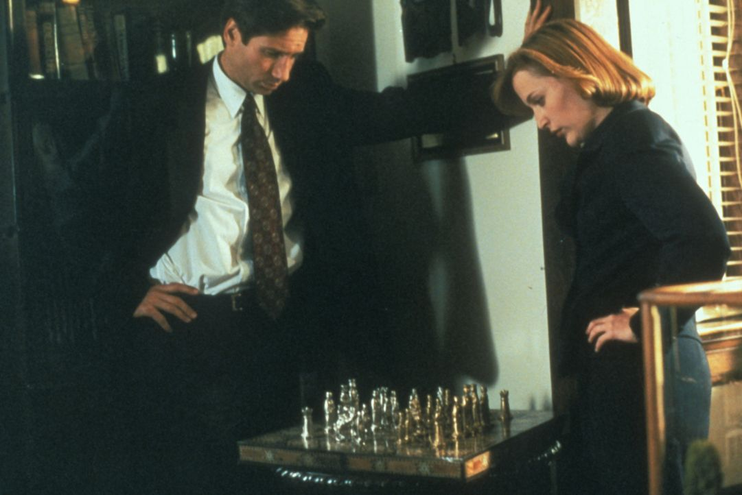 Mulder (David Duchovny, l.) erklärt Scully (Gillian Anderson, r.), warum er nach einer Serie von Selbstmorden und Unglücksfällen in einem Militärkra... - Bildquelle: TM +   Twentieth Century Fox Film Corporation. All Rights Reserved.