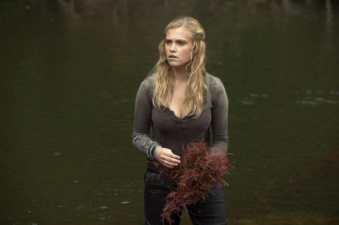 Sollen tatsächlich die seltsamen Erdenbewohner Clarke (Eliza Taylor) und ihre Freunde auf ein Heilmittel stoßen? - Bildquelle: Warner Brothers