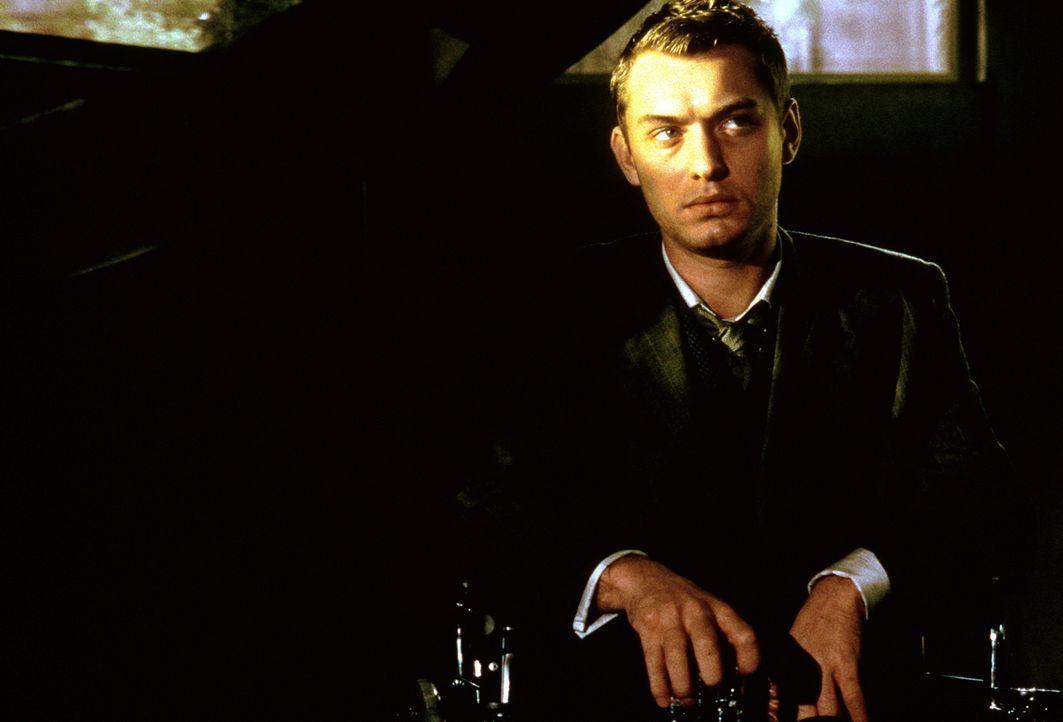 Sein Genmaterial ist nahezu perfekt, doch seit einem Unfall ist Jerome Morrow (Jude Law) an den Rollstuhl gefesselt ... - Bildquelle: Columbia Pictures