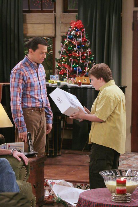 Weihnachten steht vor der Tür: Alan (Jon Cryer, l.) und Jake (Angust T. Jones, r.) ... - Bildquelle: Warner Brothers Entertainment Inc.