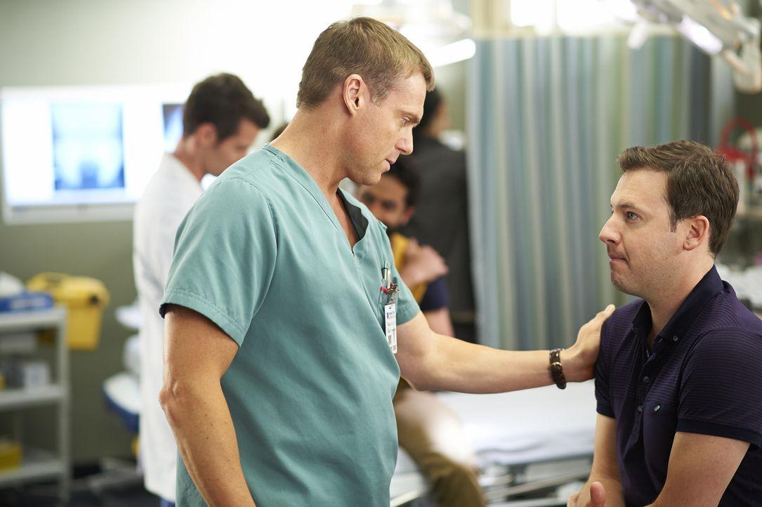 Noch ahnt Charlie (Michael Shanks, l.) nicht, dass sein Patient Sandy (Randal Edwards, r.) einer der Gründe für eine Auseinandersetzung wird ... - Bildquelle: 2013  Hope Zee Two Inc.