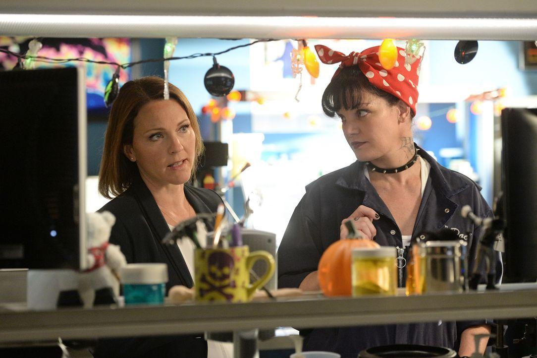 Ermitteln zusammen in einem neuen Fall: NCIS Special Agent Maureen Cabot (Kelli Williams, l.) und Abby (Pauley Perrette, r.) ... - Bildquelle: Darren Michaels CBS Television
