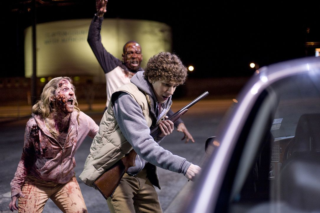 Als einer der letzten Nicht-Zombies in seiner von Untoten besetzen Heimatstadt konnte Angsthase Columbus (Jesse Eisenberg, r.) bisher alle Angriffe... - Bildquelle: 2009 Columbia Pictures Industries, Inc. and Beverly Blvd LLC. All Rights Reserved.
