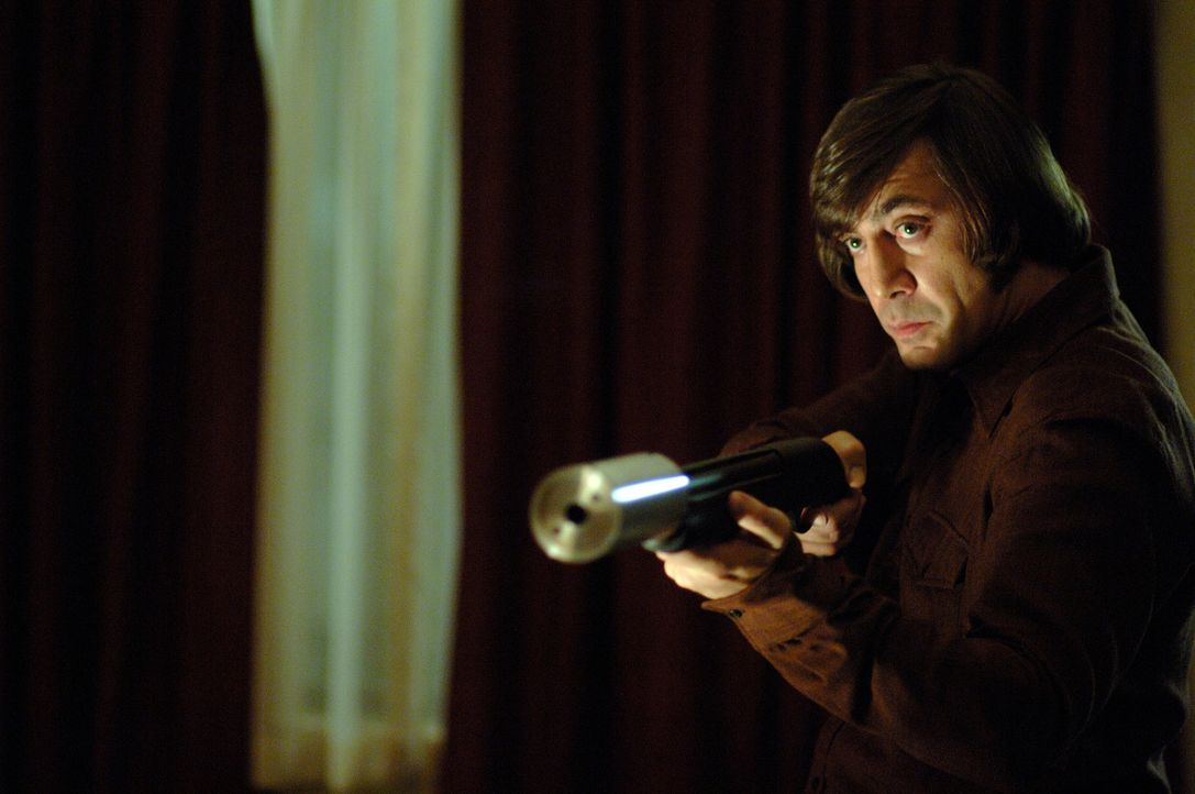 Noch glaubt Llewelyn Moss, dass er Anton Chigurh (Javier Bardem) umstimmen kann, wenn er das Geld rausrückt. Doch eine Bestie sollte man niemals re... - Bildquelle: 2008 by PARAMOUNT VANTAGE, a Division of PARAMOUNT PICTURES, and MIRAMAX FILM CORP. All Rights Reserved.