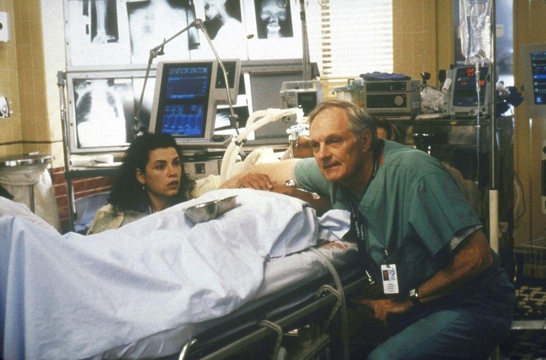 Carol (Julianna Margulies, l.) und Dr. Lawrence (Alan Alda, r.) beobachten den kritischen Zustand eines Patienten. - Bildquelle: TM+  2000 WARNER BROS.