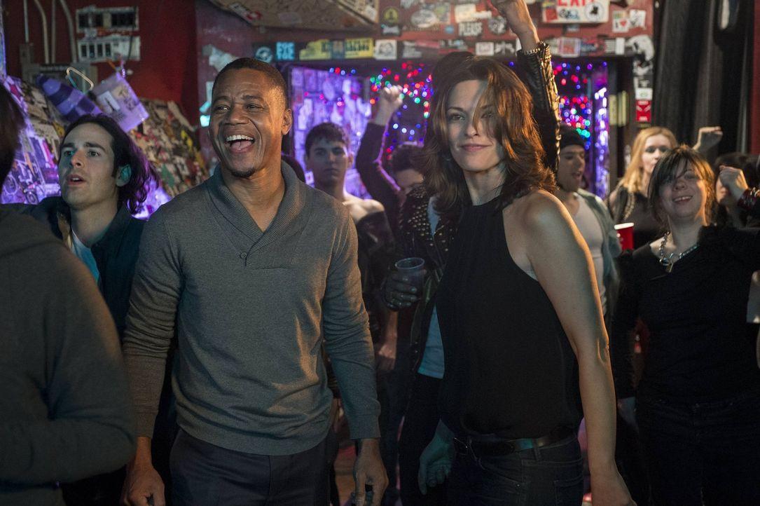 Der wohlhabende Isaac (Cuba Gooding Jr., l.) zeigt Jo (Alana De La Garza, r.), dass er auch unkonventionell Spaß haben kann ... - Bildquelle: Warner Bros. Television