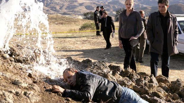 Mr. Dobbs (Brad Greenquis, l.) wird ermordet aufgefunden. Dr. Jacob Hood (Ruf...