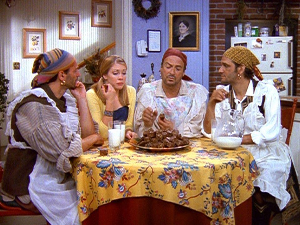 Sabrina (Melissa Joan Hart, 2.v.l.) fragt die neuen Haushaltshilfen um Rat, doch die drei Piraten sind nicht besonders hilfreich. - Bildquelle: Paramount Pictures