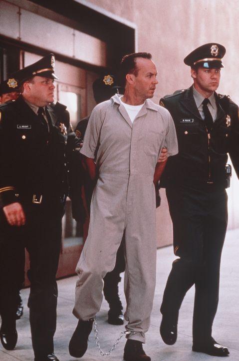 Der psychopatische Mörder Peter McCabe (Michael Keaton, M.) muss den Rest seines Lebens im Hochsicherheitstrakt eines Gefängnisses absitzen. Doch... - Bildquelle: Sony Pictures Television International. All Rights Reserved.