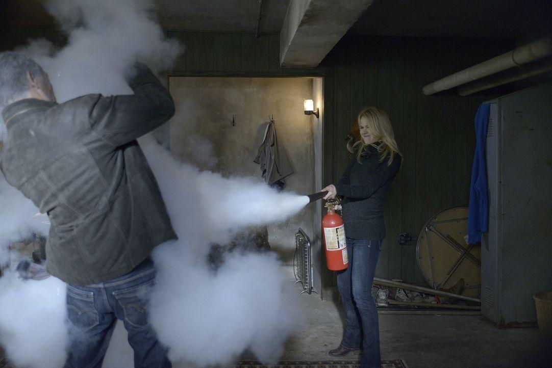 Während sich Sally  damit abfinden muss, wieder ein Geist zu sein, setzt sich Nora (Kristen Hager, r.) gegen Liam (Xander Berkeley, l.) zu Wehr. Doc... - Bildquelle: Phillipe Bosse 2013 B.H. 2 Productions (Muse) Inc. ALL RIGHTS RESERVED.