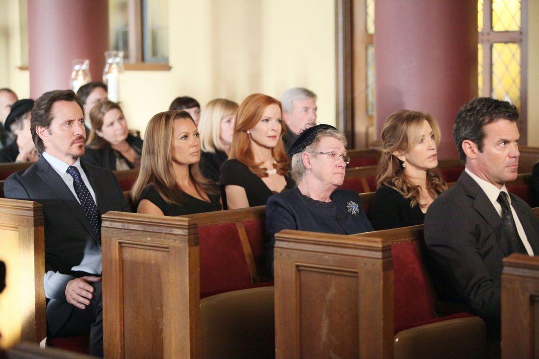 Können immer noch nicht glauben, was geschehen ist: (v.l.n.r.) Ben (Charles Mesure), Renee (Vanessa Williams), Bree (Marcia Cross), Karen (Kathryn J... - Bildquelle: ABC Studios