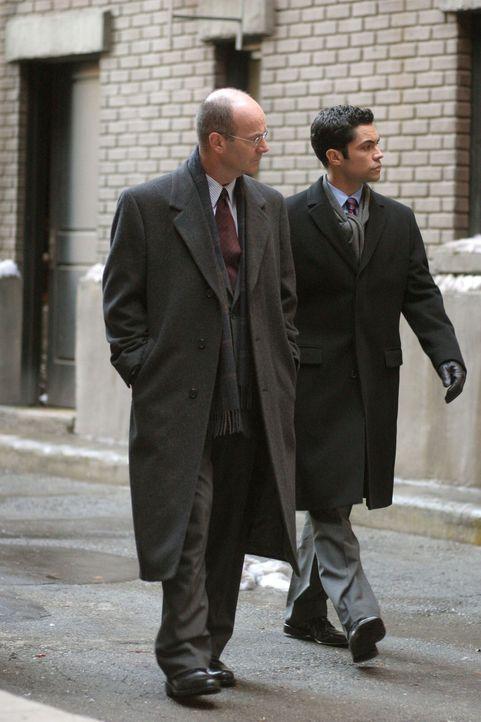 Im Bezug auf einen Mordfall aus dem Jahre 1980 machen sich Det. Scott Valens (Danny Pino, r.) und Lt. John Stillman (John Finn, l.) auf die Suche na... - Bildquelle: Warner Bros. Television