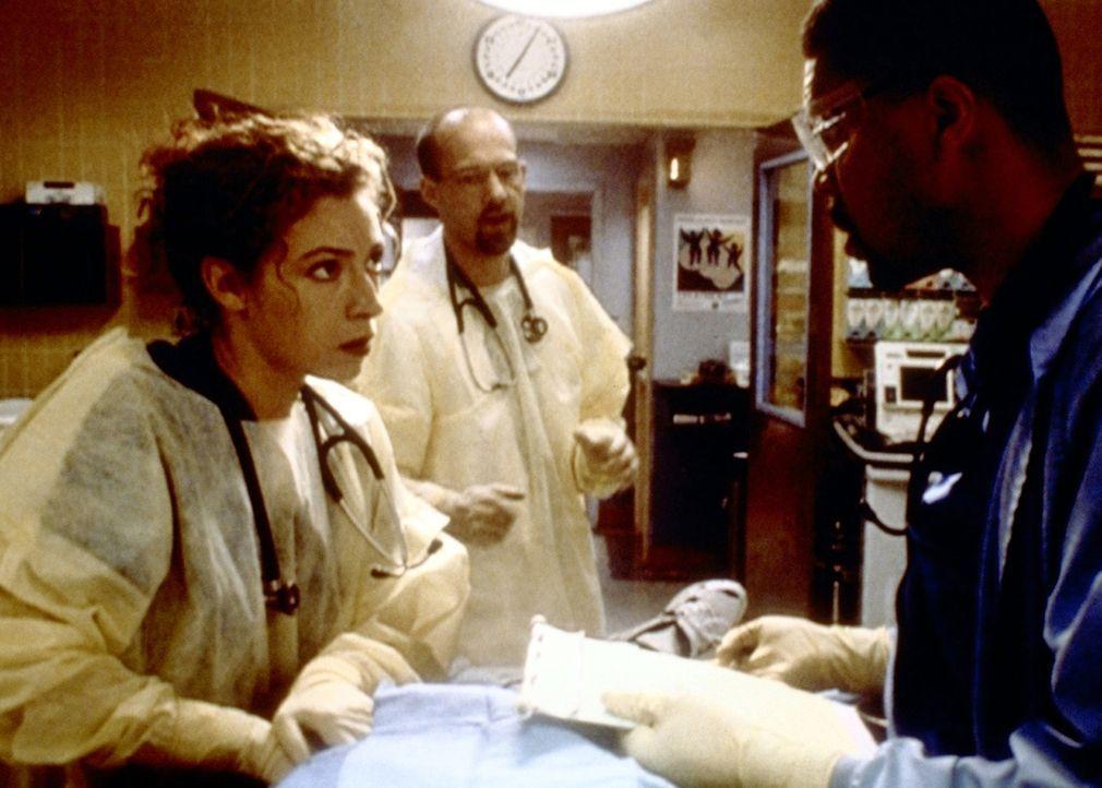 Der Konkurrenzkampf zwischen Elisabeth Corday (Alex Kingston, l.) und Peter Benton (Eriq La Salle, r.) bricht offen zutage. - Bildquelle: TM+  2000 WARNER BROS.