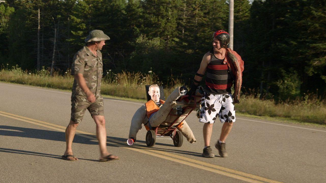 Für das Seifenkistenrennen sind Andrew (r.) und Kevin (l.) perfekt gerüstet. Werden sie heil im Ziel ankommen?