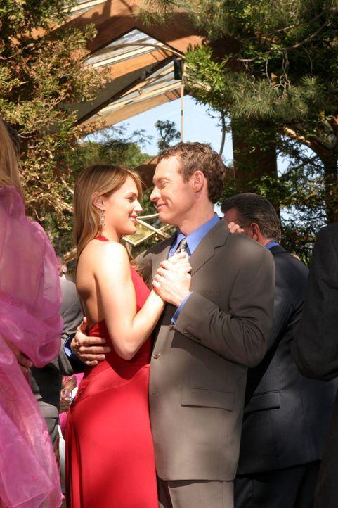 Glücklich vereint: Hailey (Amanda Righetti, l.) und Jimmy (Tate Donovan, r.) ... - Bildquelle: Warner Bros. Television