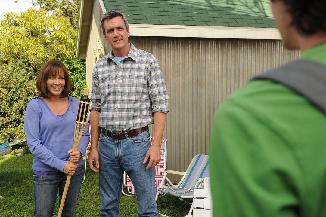Mit der Hilfe von Mike (Neil Flynn, r.) will Frankie (Patricia Heaton, l.) den Garten rechtzeitig zu den Sommerferien richtig aufmöbeln, doch ihre K... - Bildquelle: Warner Brothers