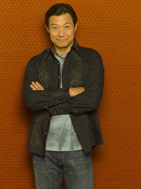 (2. Staffel) - Der Akkupunkteur Dr. Chen (James Saito) hilft dem Anwalt Eli Stone, sich an seine Vergangenheit zu erinnern - was nicht alle Freunde... - Bildquelle: Disney - ABC International Television