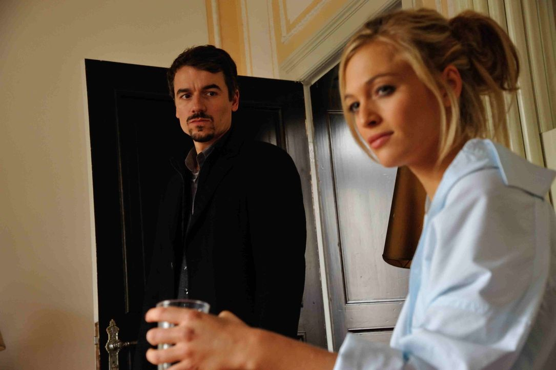 Sophie (Julie Engelbrecht, r.), die als Ausnahme bei der Burschenschaft lebt, soll Alexander (Alexander Khuon, l.) helfen, den Mörder des Obdachlose... - Bildquelle: Hardy Spitz SAT.1