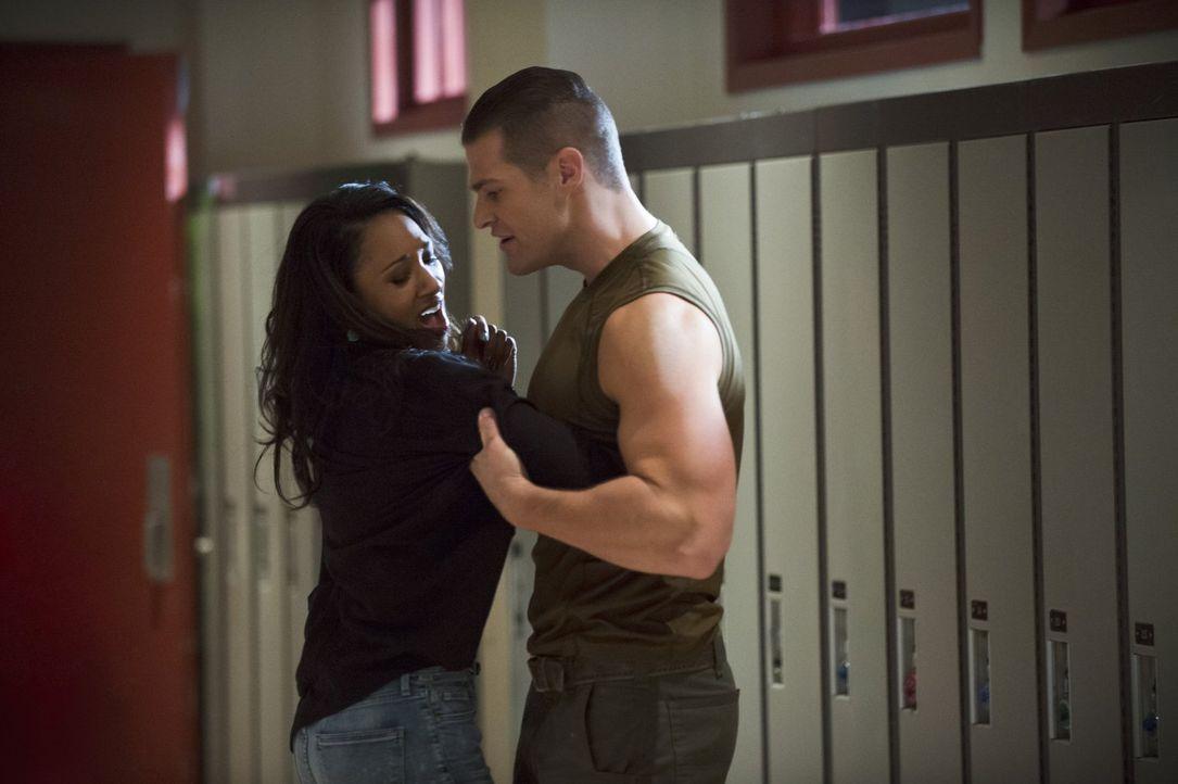 Durch ihren Blog über The Flash ist Iris (Candice Patton, l.) in großer Gefahr. Gehört Tony (Greg Finley, r.) zu ihren Feinden? - Bildquelle: Warner Brothers.