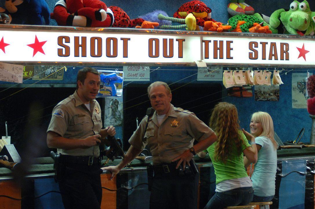 Deputy Hafner (K.C. Clyde, l.) und Sherrif Davis (Michael Flynn, r.) genießen das Fest zum 4. Juli. Doch die Legende besagt, dass an diesem Tag der... - Bildquelle: 2006 Destination Film Distribution Company, Inc. All Rights Reserved.