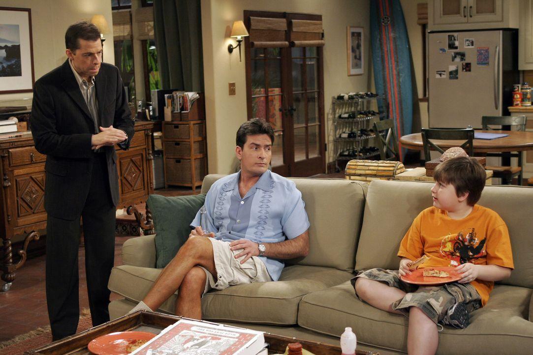 Alan (Jon Cryer, l.) bittet Charlie (Charlie Sheen, M.) auf Jake (Angus T. Jones, r.) aufzupassen, während er bei einem Doppeldate mit seiner Mutter... - Bildquelle: Warner Brothers Entertainment Inc.