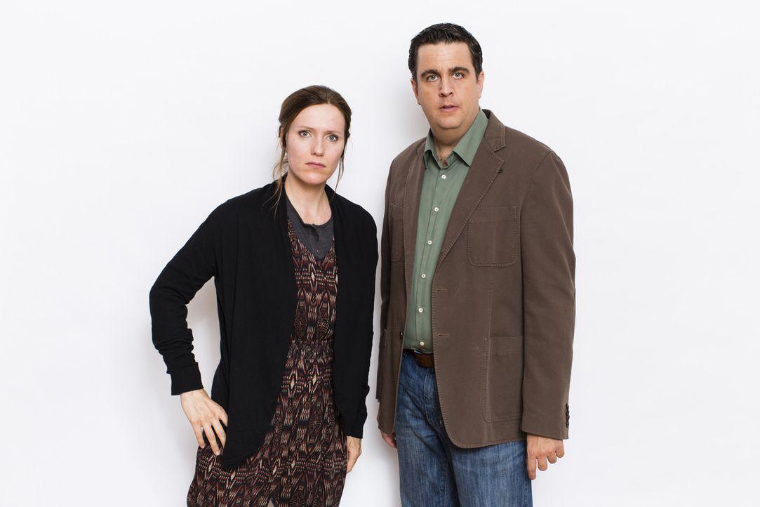 Bastian (Bastian Pastewka, r.) mit Svenja (Bettina Lamprecht, l.), der Freundin seines Bruders Hagen. - Bildquelle: Frank Dicks SAT.1