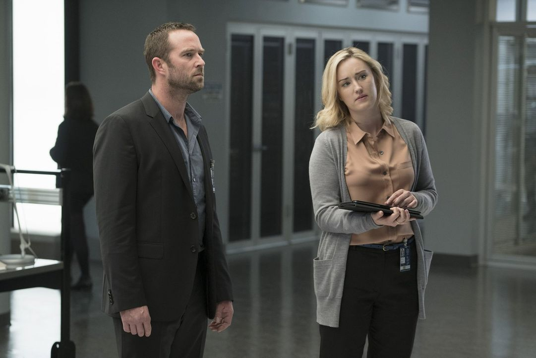 Nach dem Mord an einem Polizeibeamten entschlüsselt Patterson (Ashley Johnson, r.) erneut ein Tattoo von Jane, das den Mord vorausgesagt haben könnt... - Bildquelle: Warner Brothers