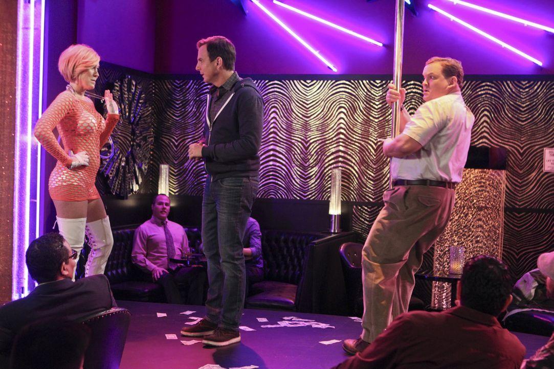 Darla (Roseanne Barr, l.) ist von Nathan (Will Arnett, M.) und seinem Freund Doug (Andy Richter, r.) etwas irritiert ... - Bildquelle: 2013 CBS Broadcasting, Inc. All Rights Reserved.