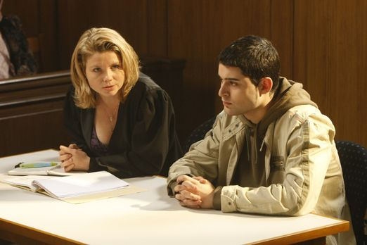 Danni Lowinski - Danni (Annette Frier, l.) hilft dem jungen Mehmet (Hüseyin E...