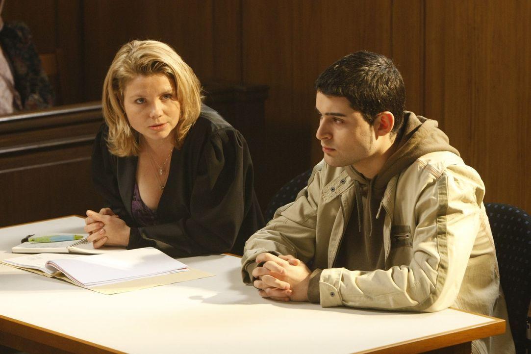 Danni (Annette Frier, l.) hilft dem jungen Mehmet (Hüseyin Ekici, r.), der wegen Belästigung einer Lehrerin von der Schule verwiesen wurde. Doch das... - Bildquelle: Frank Dicks SAT.1