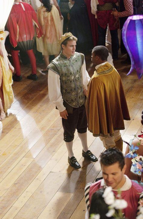Calvin (Paul James, r.) ist enttäuscht von Grant (Gregory Michael, l.), der immer noch nicht bereit ist, seiner Familie zu erzählen, dass er schwul... - Bildquelle: 2010 Disney Enterprises, Inc. All rights reserved.