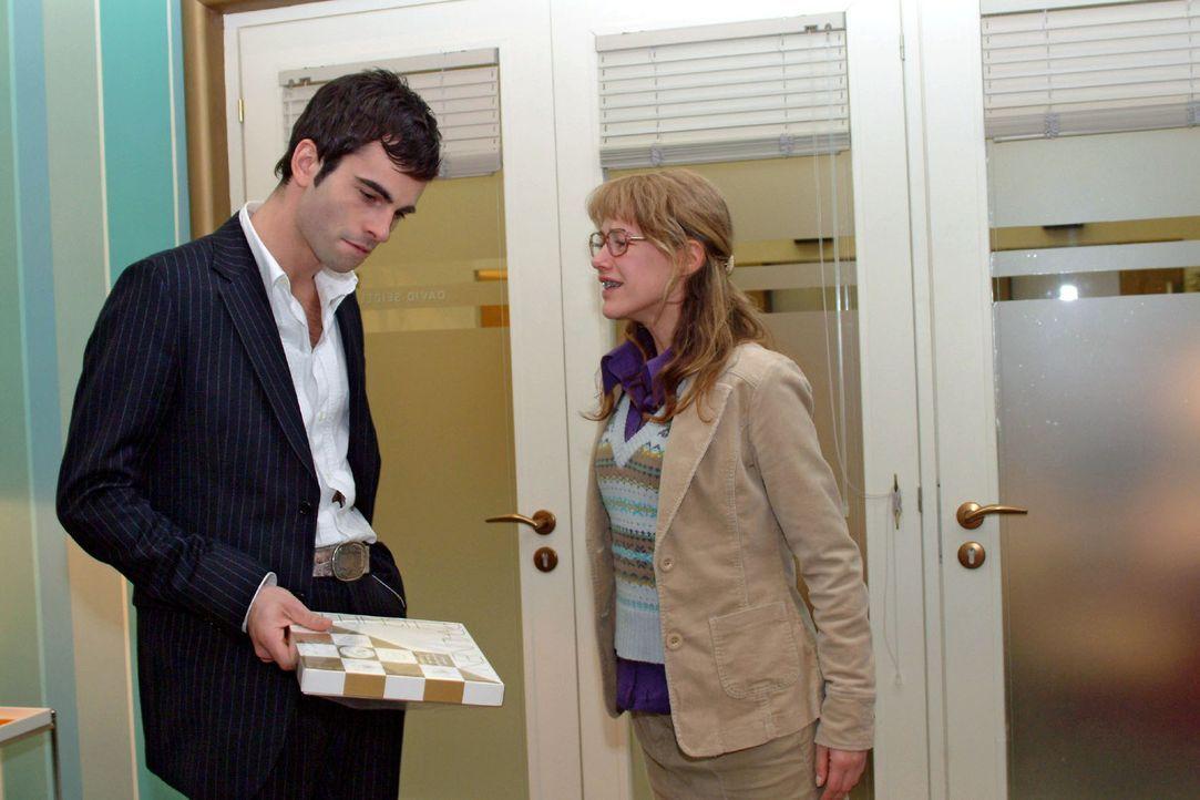 Lisa (Alexandra Neldel, r.), die mittlerweile gegenüber Mariella ein schlechtes Gewissen hat, konnte David (Mathis Künzler, l.) erneut retten. Als d... - Bildquelle: Monika Schürle Sat.1