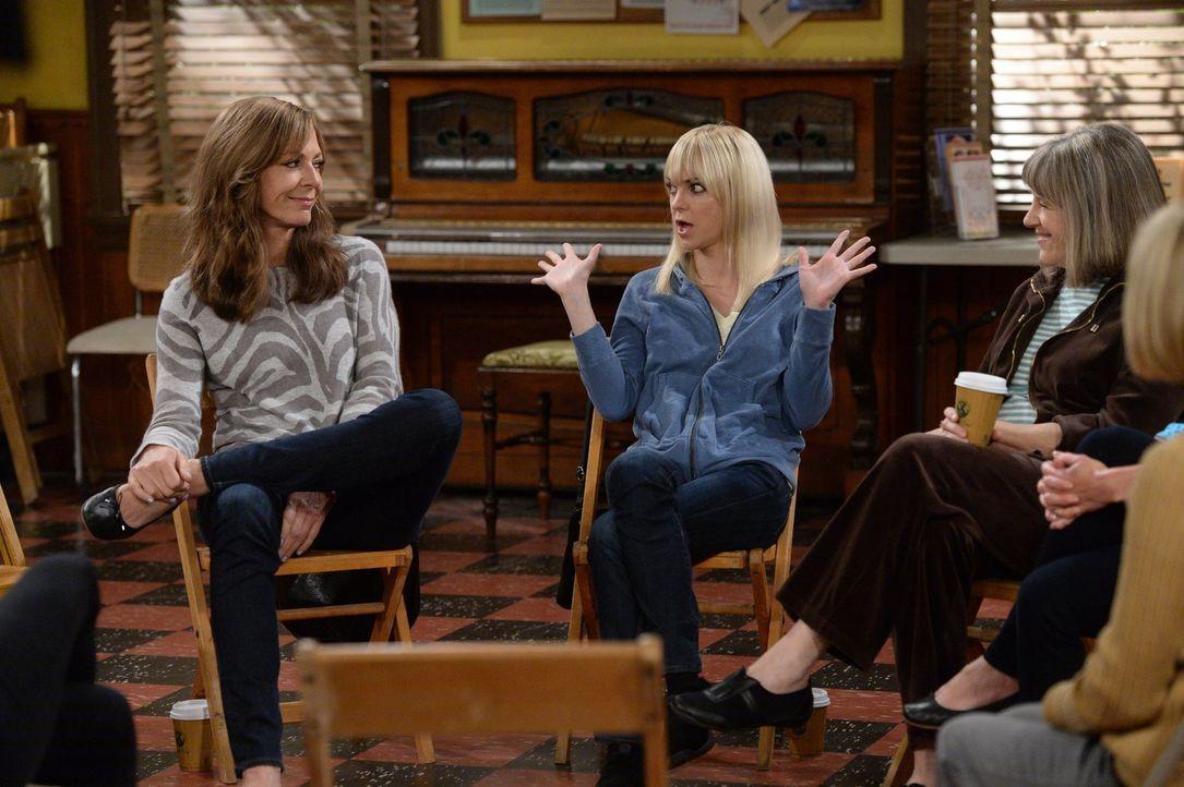 In ihrem Anonyme-Alkoholiker-Treffen lernen Bonnie (Allison Janney, l.) und Christy (Anna Faris, r.) die drogensüchtige Jodi kennen, die dringend Hi... - Bildquelle: 2015 Warner Bros. Entertainment, Inc.