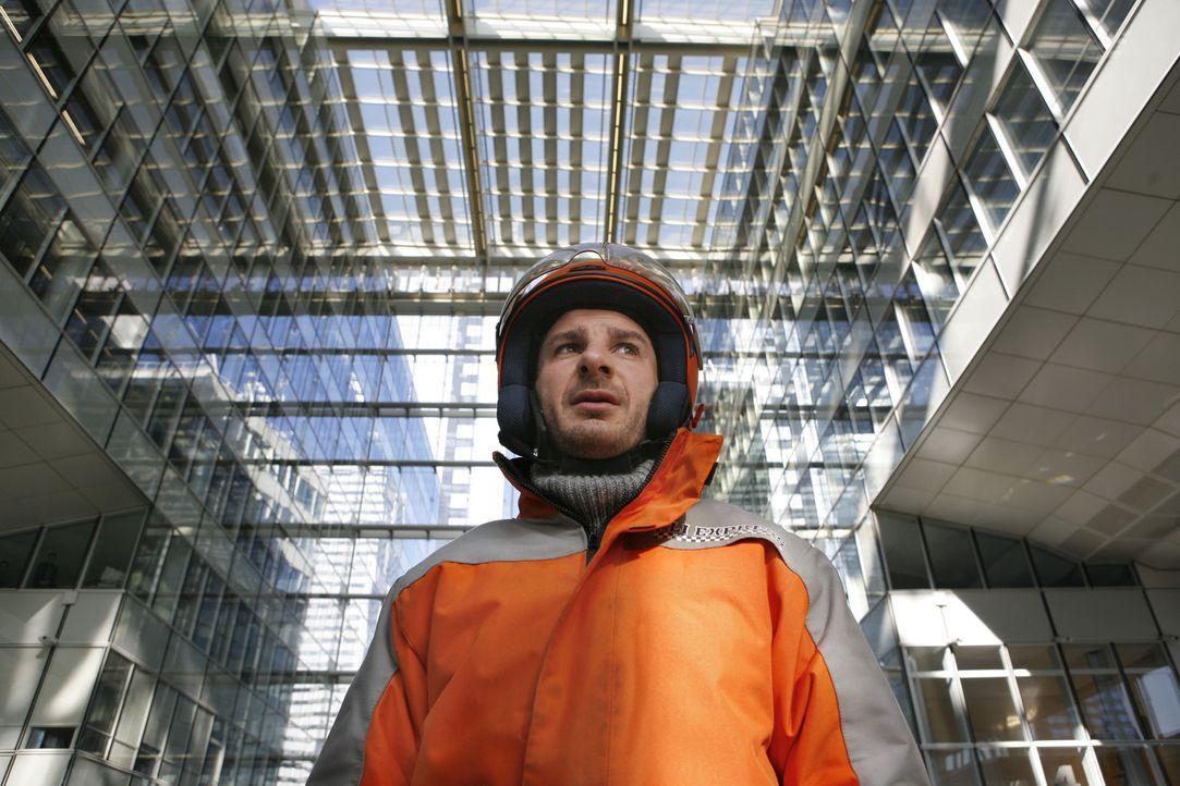 Sam (Michael Youn) arbeitet als Bote für einen Kurierdienst in Paris. - Bildquelle: 2009 EUROPACORP - M6 FILMS - BLACK MASK PRODUCTIONS - ROISSY FILMS