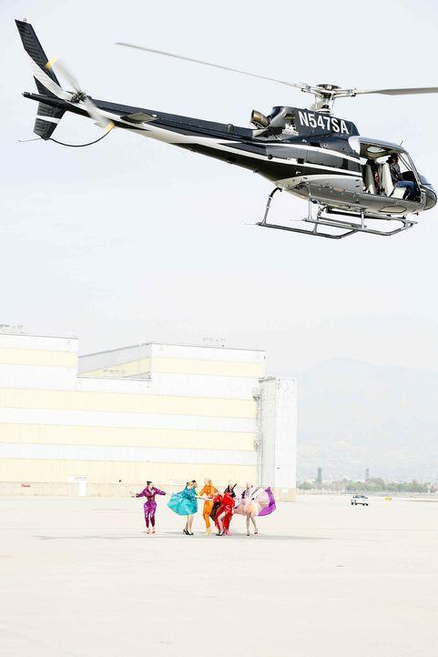 GNTM-Stf10-Epi06-Helikopter-Shooting-55-ProSieben-Richard-Huebner - Bildquelle: ProSieben/Richard Huebner