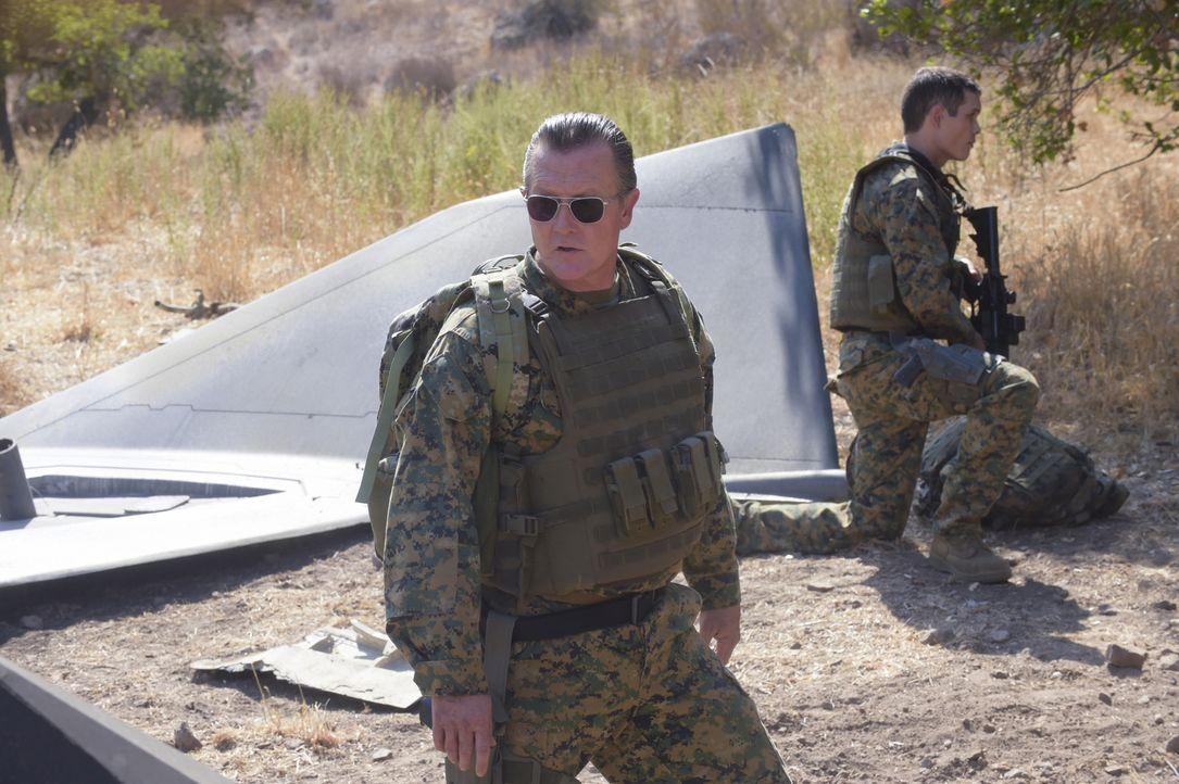 Cabe (Robert Patrick) ist bewusst, dass ihm die Bergung eines Flugzeuges in Bosnien nur mit den Besten gelingen kann ... - Bildquelle: Ron Jaffe 2014 CBS Broadcasting, Inc. All Rights Reserved