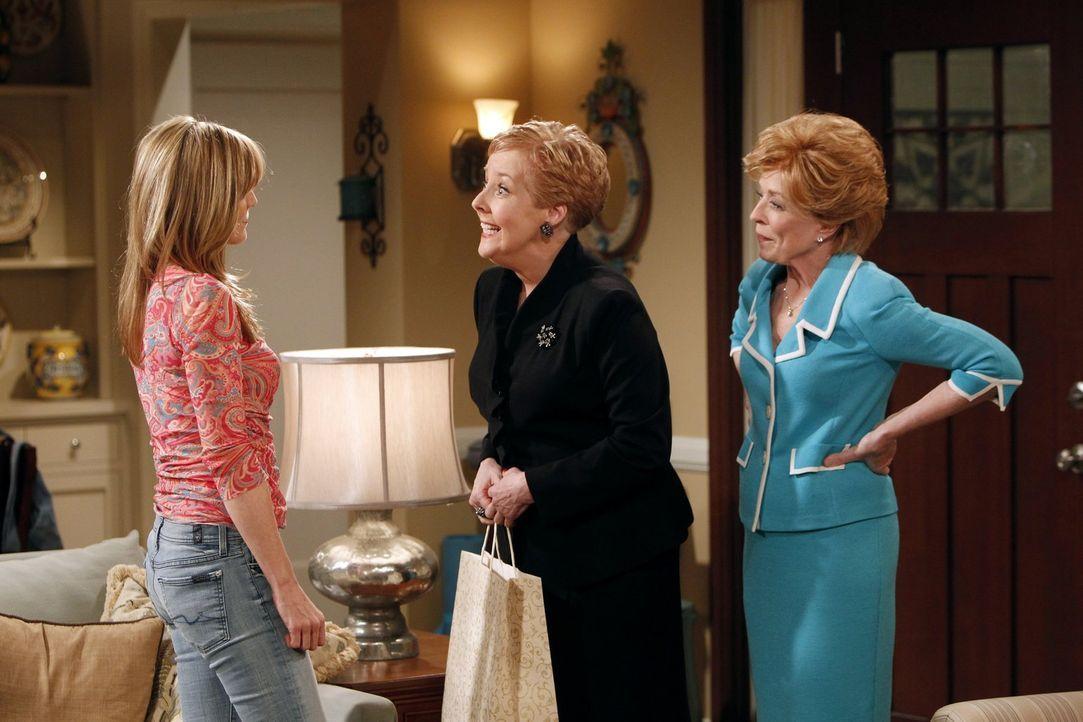 Lyndsey (Courtney Thorne-Smith, l.) ist schockiert, als sie erfährt, dass ihre Mutter Jean (Georgia Engel, M.) mit Alans Mutter Evelyn (Holland Tayl... - Bildquelle: Warner Brothers Entertainment Inc.