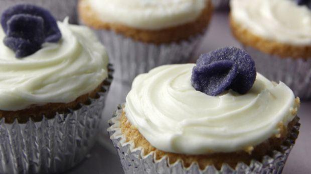 Veilchen-Cupcakes für alle Naschkatzen