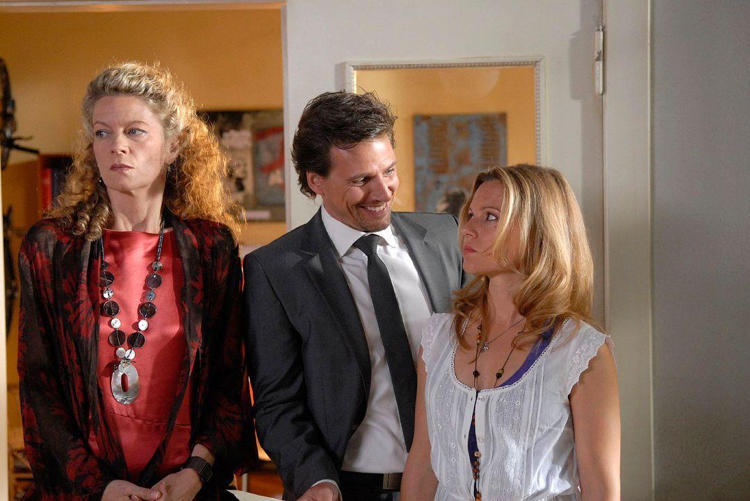 Als Alex (René Steinke, M.) den Fall Dr. Tries übernimmt, sieht Barbara Böll (Anuk Ens, l.) darin einen Gewinn für die Kanzlei - Sophie (Daniela Pre... - Bildquelle: Christoph Assmann Sat.1