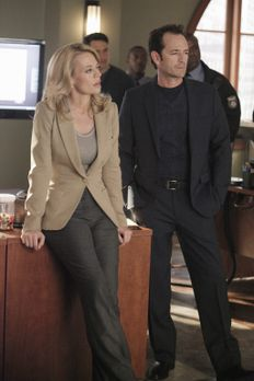 Body of Proof - Dr. Charles Stafford (Luke Perry, r.) soll Dr. Kate Murphey (...