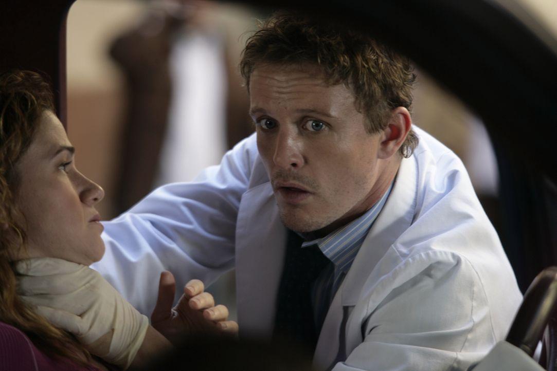 Nach einem Autounfall wird Joanie Moore (Hedy Burress, l.) ins Krankenhaus eingeliefert. Dr. Simon Brenner (David Lyons, r.), nimmt sich ihr an und... - Bildquelle: Warner Bros. Television