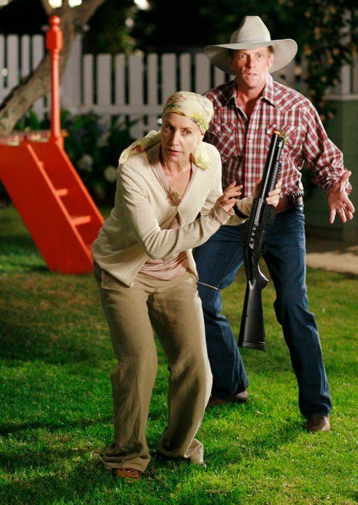 Tom (Doud Savant, r.) möchte Lynette (Felicity Huffman, l.) zur Halloweenparty abholen, doch Lynette geht zuvor noch auf Opossum Jagd ... - Bildquelle: ABC Studios