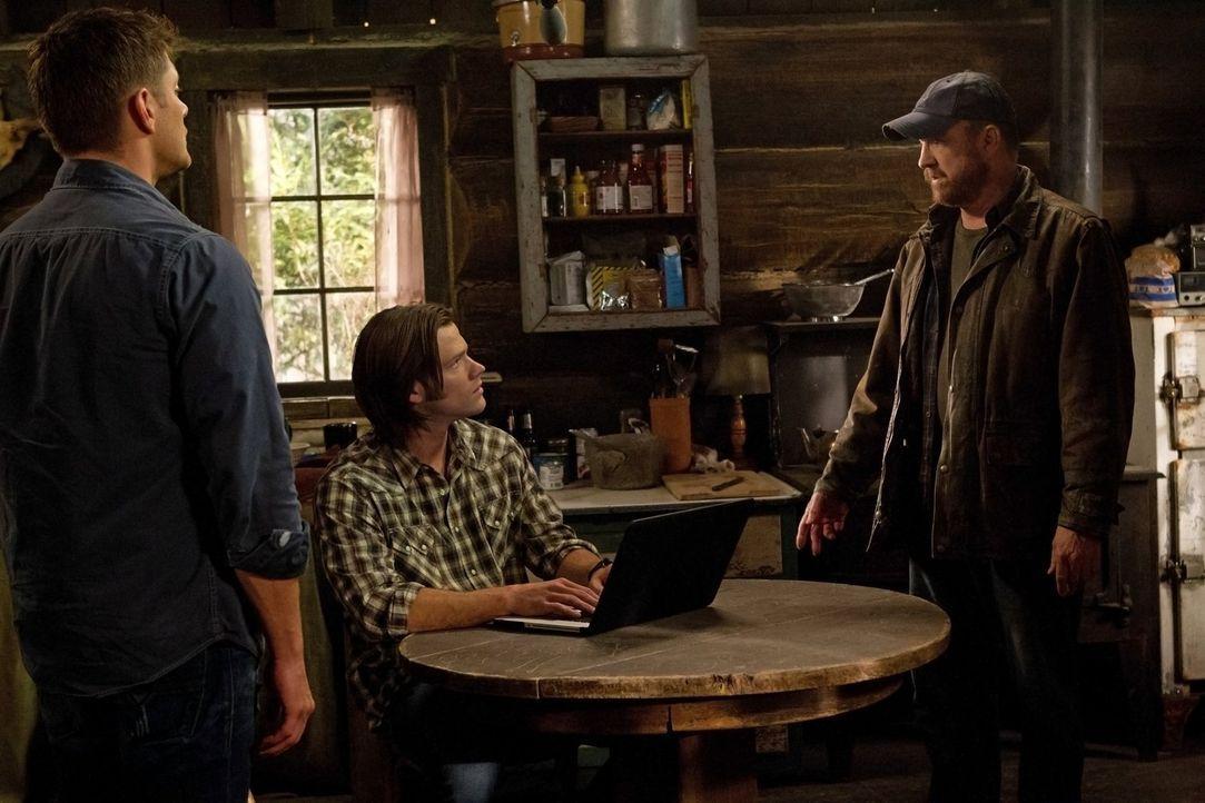 Eigentlich ist Bobby (Jim Beaver, r.) tot, aber die beiden Brüder Sam (Jared Padalecki, M.) und Dean (Jensen Ackles, l.) können ihn mit ihren überna... - Bildquelle: Warner Bros. Television