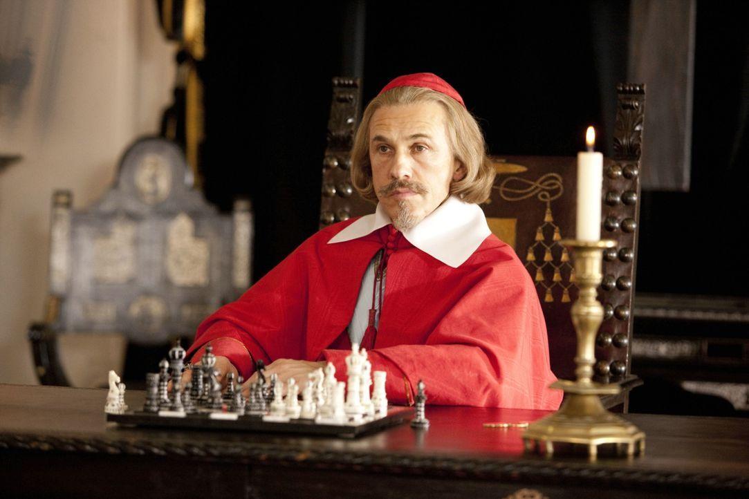 Der machthungrige Kardinal Richelieu (Christoph Waltz) träumt davon, die gesamte Macht in Frankreich an sich reißen. Er spinnt eine ausgeklügelte In... - Bildquelle: 2011 Constantin Film Verleih GmbH.