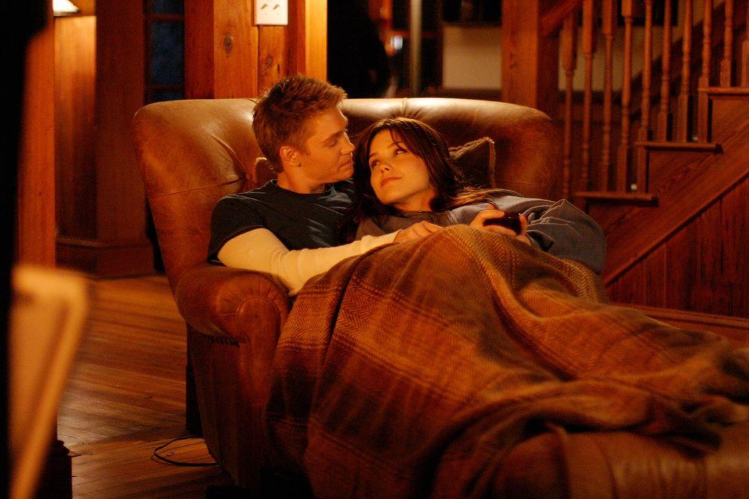 In dem Ferienhaus mitten im Wald können sich Lucas (Chad Michael Murray, l.) und Brooke (Sophia Bush, r.) endlich entspannen ... - Bildquelle: Warner Bros. Pictures