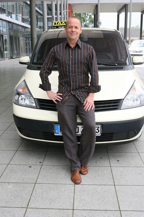"""Das """"Quiz Taxi"""" in Berlin: Der Fahrer und Moderator Thomas Hackenberg bietet seinen Fahrgästen die Chance, ein kleines Vermögen zu gewinnen ... - Bildquelle: kabel eins"""