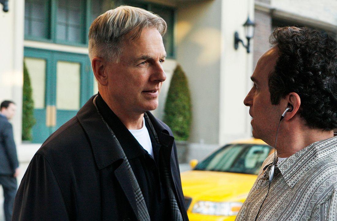 Gibbs (Mark Harmon, l.) und sein Team versuchen, den Mord an U.S. Marine Lieutenant John Mayne aufzuklären. Doch hat Gordon Holcomb (Michael Rose, r... - Bildquelle: CBS Television