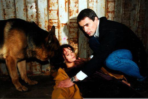 Kommissar Brandtner (Gedeon Burkhard, r.) und Rex finden Ines Kraus (Iris Jun...