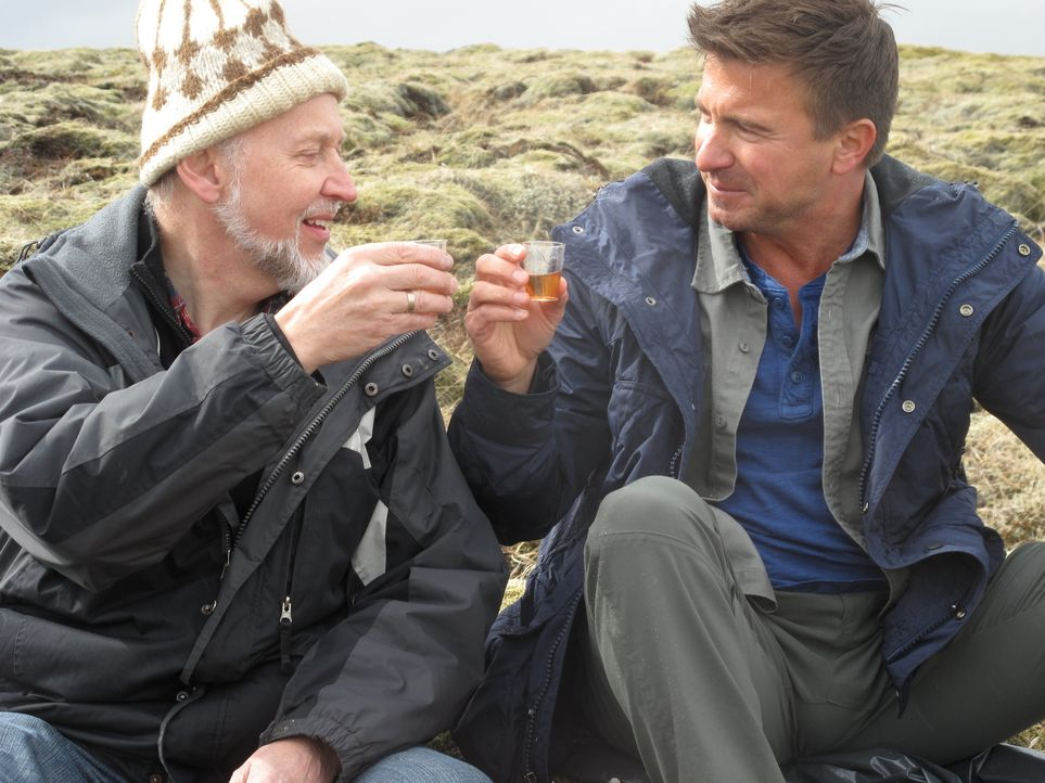 Ein Moos-Schnäpschen in Ehren kann niemand verwehren. Booze Traveler Jack Maxwell (r.) und der islädische Schnaps-Produzent Jacob Christensen (l.) p... - Bildquelle: 2014, The Travel Channel, L.L.C. All Rights Reserved.