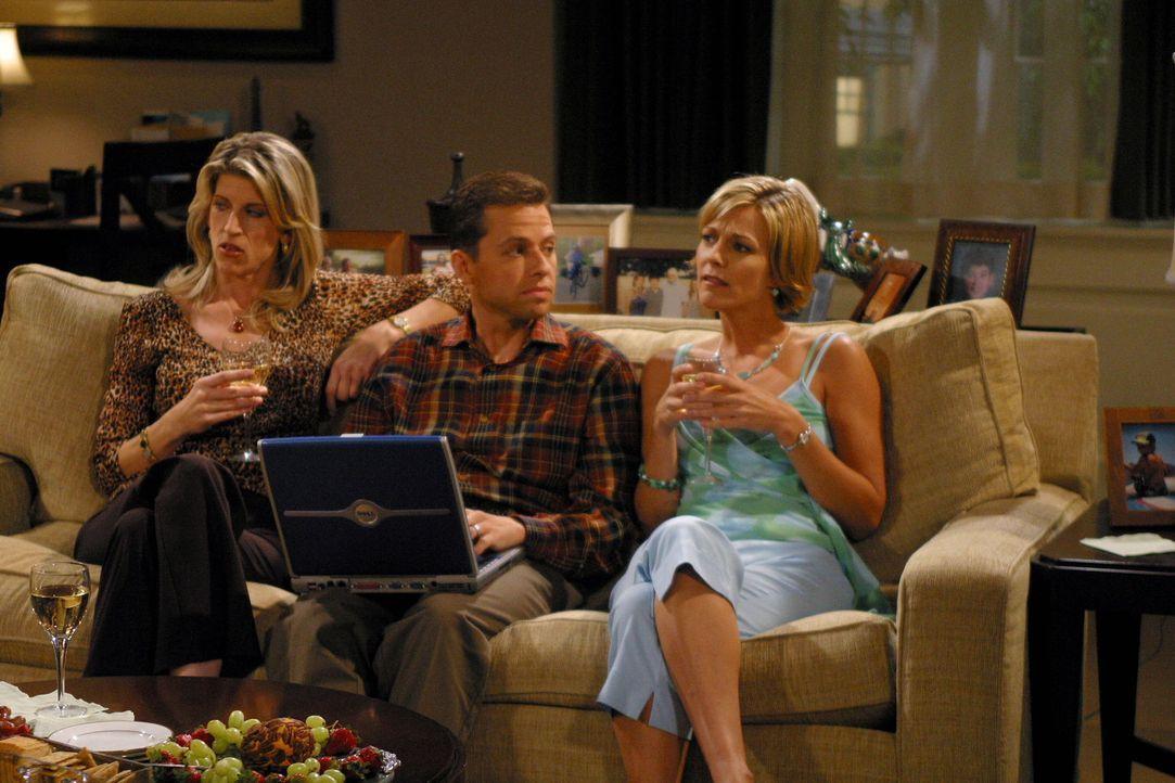 Sind geschieden und auf einen neuen Mann aus: Gloria (Christine Dunford, l.) und Brooke (Tricia O'Kelley, r.) wollen Alan (Jon Cryer, M.) ... - Bildquelle: Warner Brothers Entertainment Inc.